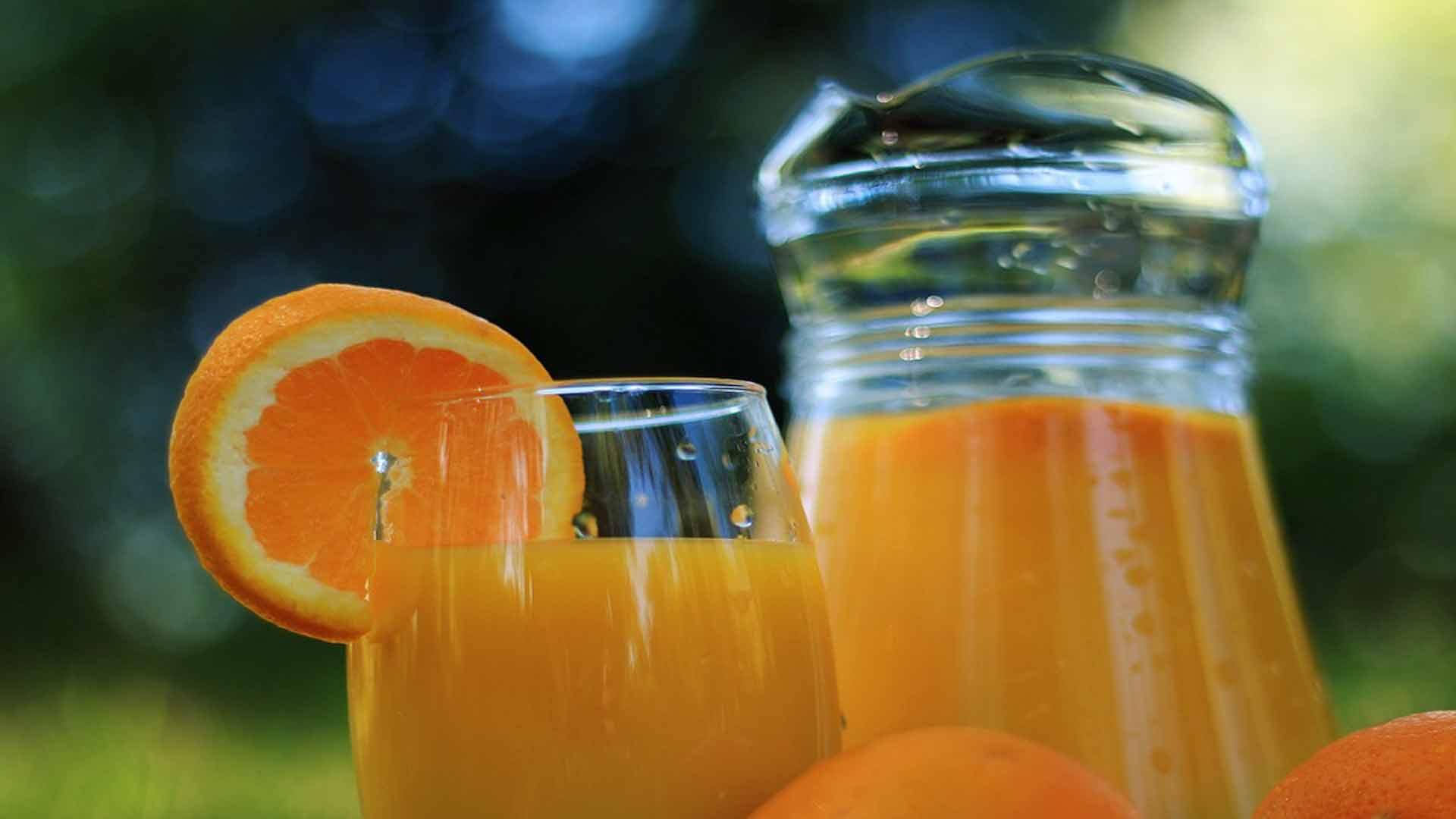 por-que-tomar-zumo-de-naranja-natural-a-diario-1920