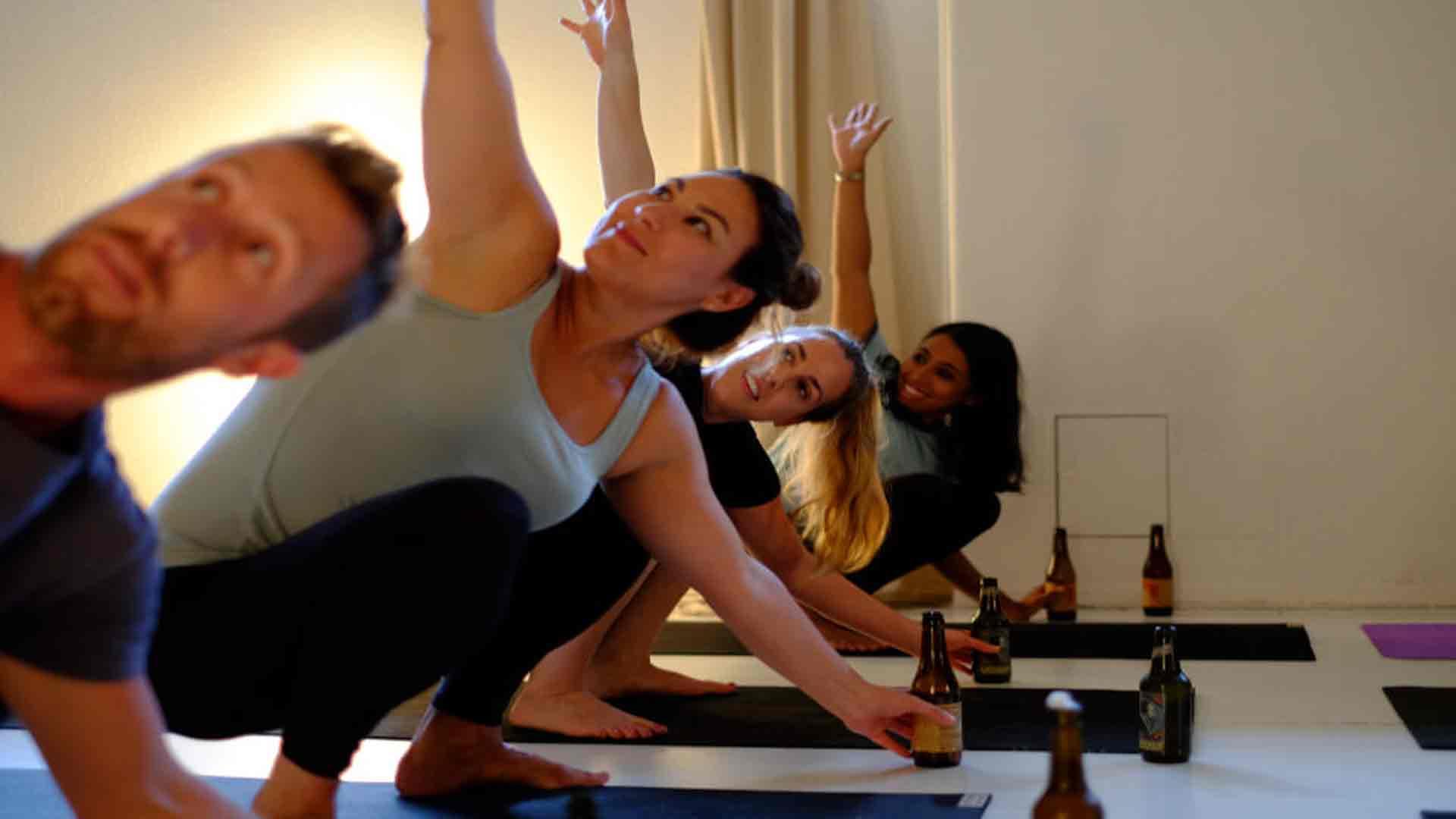 Un-tipo-de-yoga-que-incluye-cerveza-en-sus-clases-1920