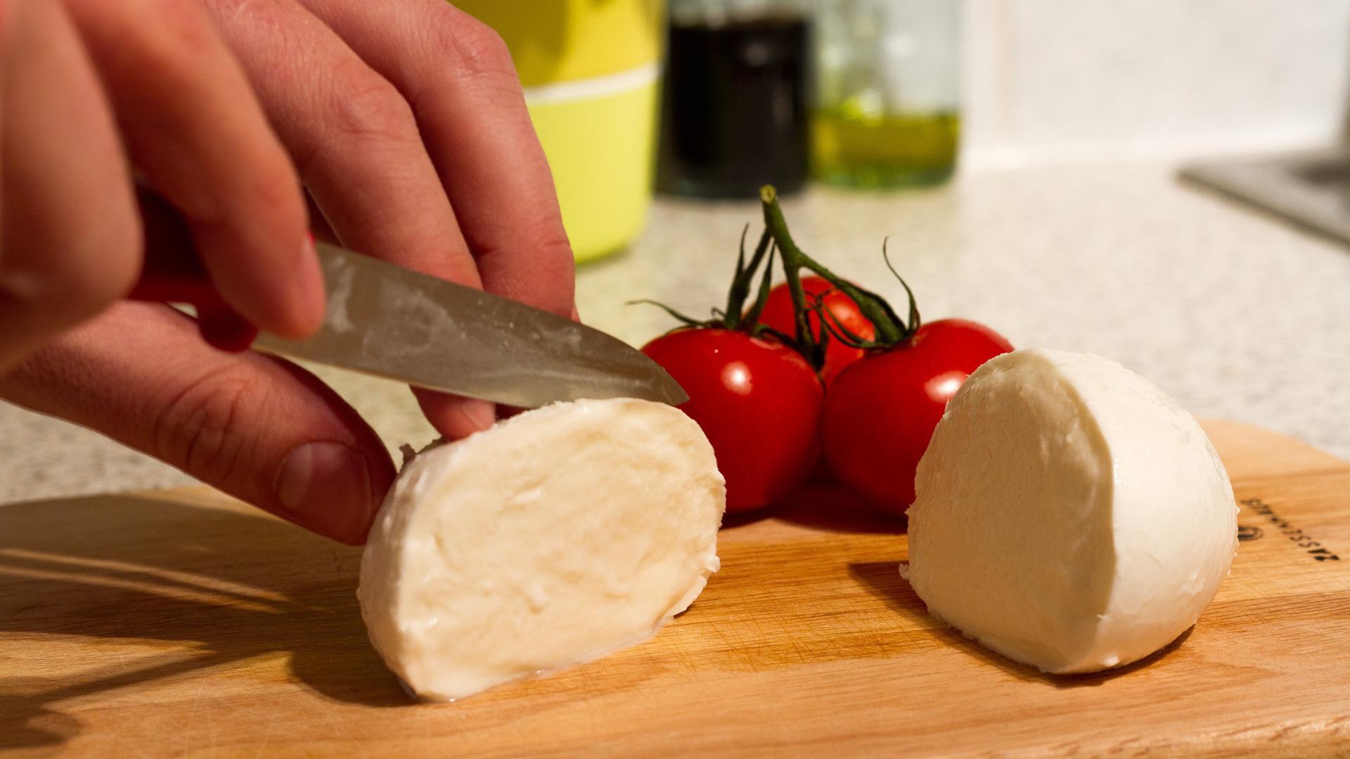 lo-que-debes-saber-sobre-otro-ingrediente-clave-para-pizzas-la-mozzarella-1920