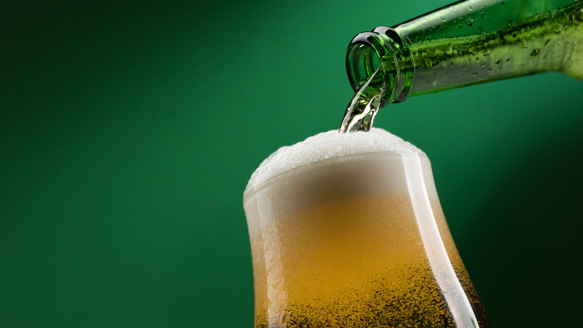 servir-mal-la-cerveza-de-botella-causa-problemas-estomacales-1920