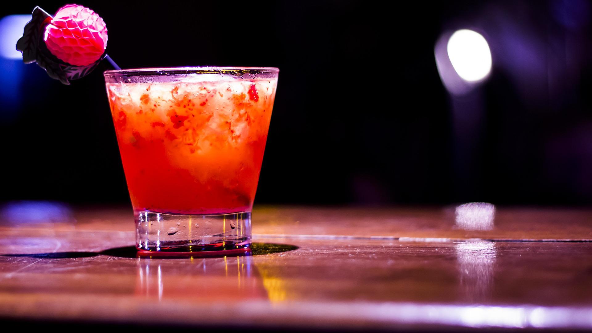 crean-una-barra-de-bar-para-medir-la-cantidad-de-alcohol-que-se-sirve-1920