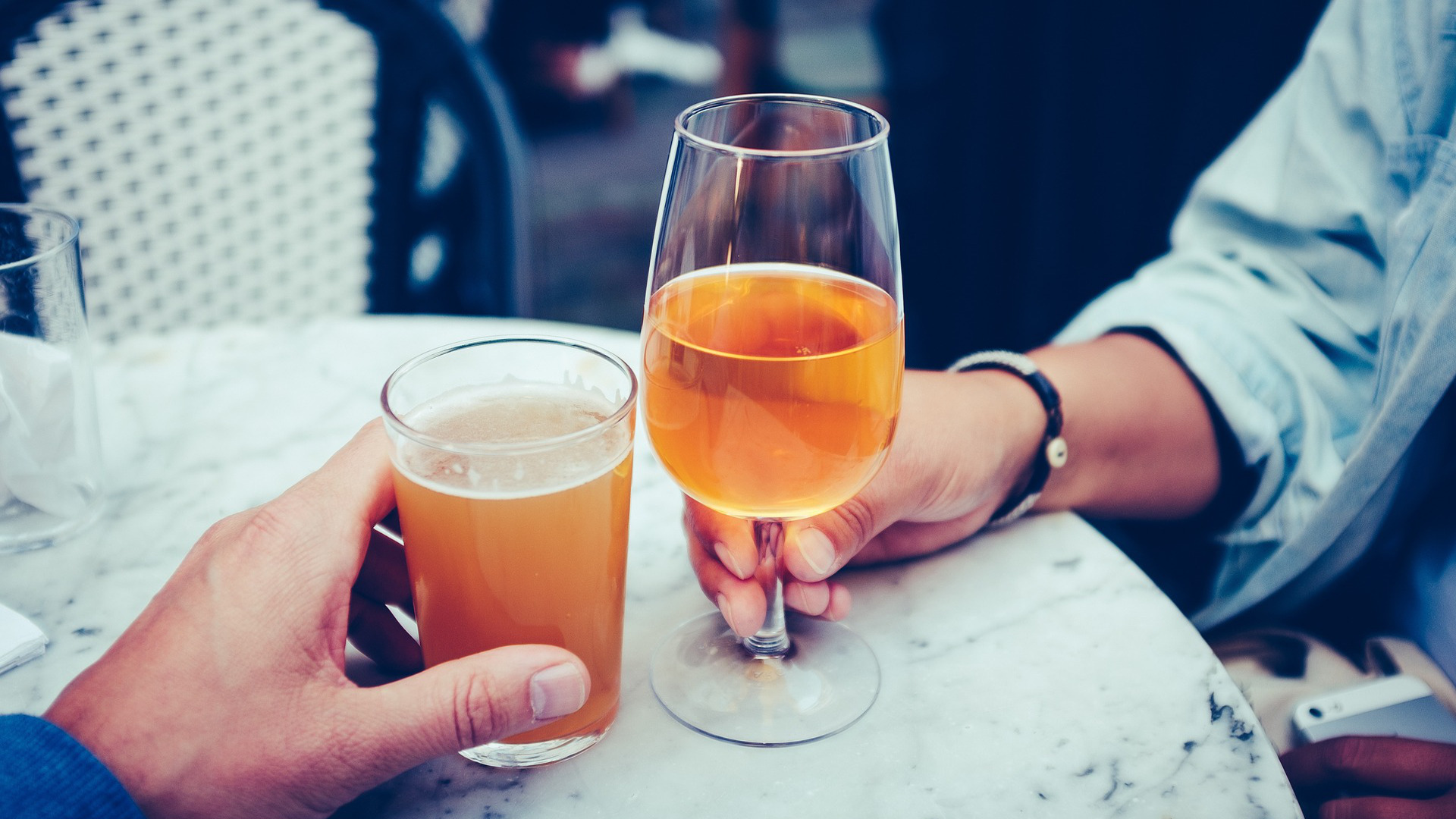 hablar-un-idioma-extranjero-es-mas-facil-bebiendo-algo-de-alcohol-1920